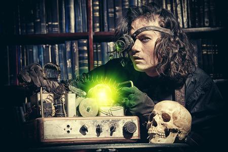 maquina vapor: Retrato de un hombre del steampunk en su laboratorio de investigación. Fantasía.