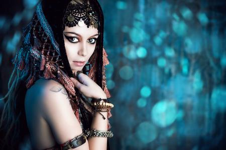 vientre femenino: Close-up retrato de una magn�fica bailarina tradicional. Danza etnia. La danza del vientre. Baile tribal. Maquillaje, cosm�ticos.