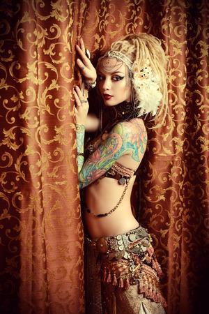 tatouage sexy: Belle danseuse de femme traditionnelle. Danse ethnique. La danse du ventre. Danse tribale.
