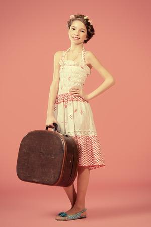 trenzas en el cabello: Retrato de cuerpo entero de una hermosa chica con el pelo trenzado que llevaba vestido de verano de verano. La moda infantil. Foto de archivo