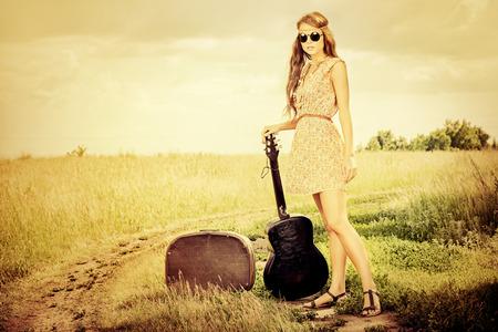 guitarra acustica: Muchacha romántica que viajaba con su guitarra. Verano. Estilo Hippie. Foto de archivo