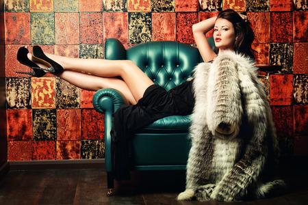 manteau de fourrure: Belle femme charmante en robe de soir�e �l�gante et manteau de fourrure dans un int�rieur classique. Mode, glamour.