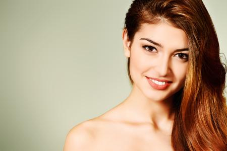 ojos marrones: Retrato de mujer joven con maquillaje natural y el pelo preciosa. Muchacha del balneario. Cuidado de la piel, cuidado de la salud. Pelo, cuidado del cabello. Estudio de disparo.