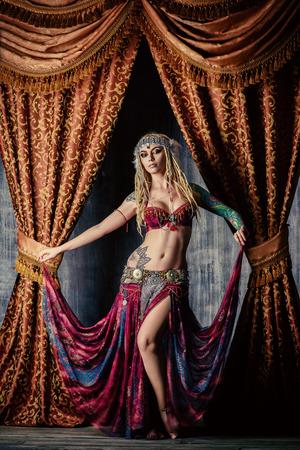 Belle danseuse de femme traditionnelle. Danse ethnique. La danse du ventre. Danse tribale.