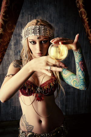 adivino: Adivino Magn�fico sostiene la bola cristalina. Adivinaci�n. Magia. Halloween.