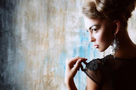 mujeres fashion: Impresionante modelo de mujer en traje de noche negro. Disparo de moda. Foto de archivo