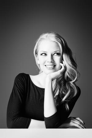 femme romantique: Close-up portrait d'une belle femme romantique souriant � la cam�ra. Beaut�, mode. Soins du corps. Soins de la peau.