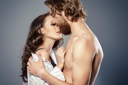 man and woman sex: Красивые любящих молодых людей целоваться. Страсть. Любовь концепции.