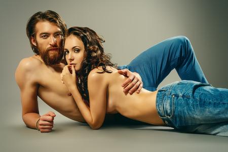 sexo pareja joven: Moda retrato de una bella amantes tiernos. Estilo Denim. Foto de archivo