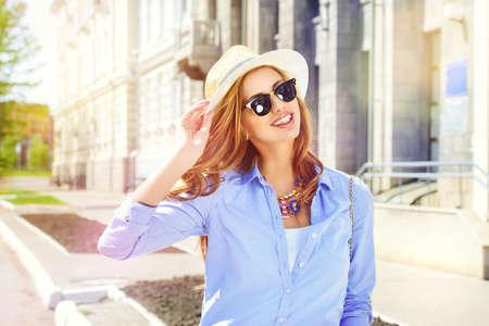 kapelusze: Piękna młoda kobieta spaceru w mieście. Moda.