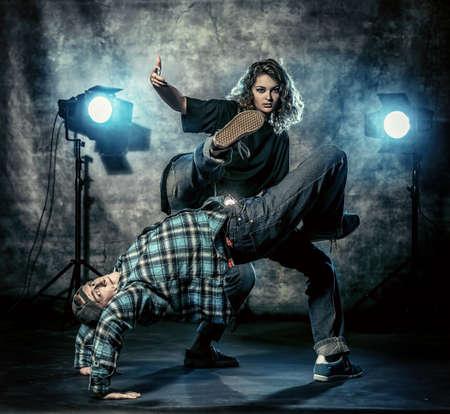 artistas: Dos bailarines de danza moderna sobre el fondo del grunge. Hip-hop. Urbano, estilo disco. Foto de archivo