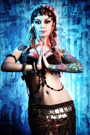 tatouage sexy: Art portrait d'une belle danseuse traditionnelle. Danse ethnique. La danse du ventre. Danse tribale.