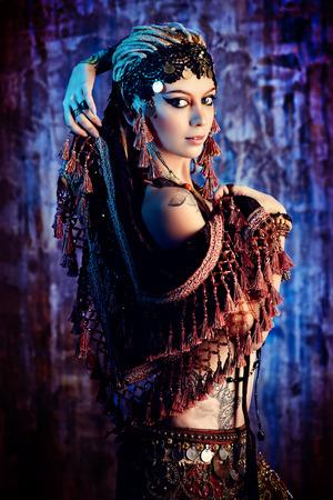 abdomen female: Arte retrato de una hermosa bailarina tradicional. Danza etnia. La danza del vientre. Baile tribal.