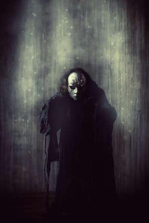 antifaz: Hombre asustadizo en m�scara de hierro y el traje negro. Fantas�a. Halloween. Foto de archivo