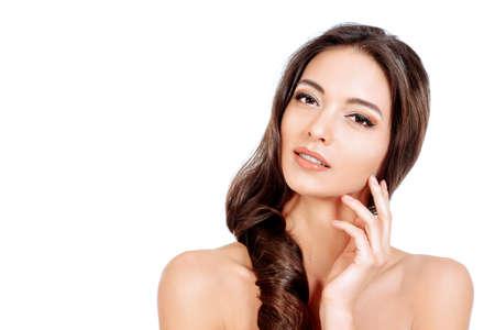 sensual: Mulher sensual bonita que toca em sua face. Beleza e conceito do skincare. Spa. Isolado sobre o branco.
