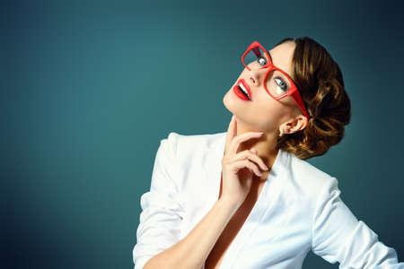 mulher: Retrato do Close-up de uma mulher vestindo jovens lindos óculos. Beleza, moda. Maquiagem. Óptica, óculos.