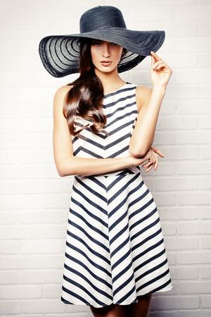 schwarze frau nackt: Portr�t einer sch�nen anmutigen Frau in eleganten Hut mit einem breiten Rand. Sch�nheit, Mode-Konzept. Lizenzfreie Bilder