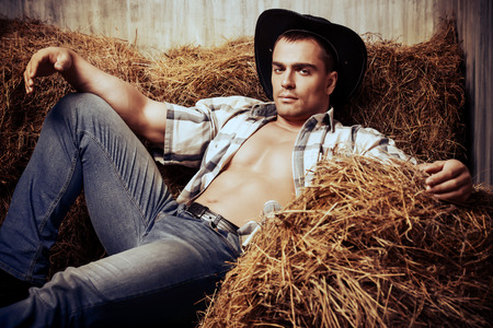american sexy: Сексуальная ковбой лежа на стоге сена. Западный стиль. Джинсы джинсовая мода.