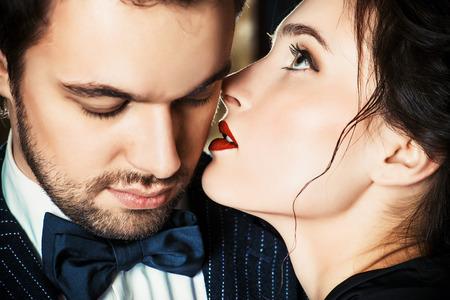 donne eleganti: Close-up Ritratto di un uomo bellissimo e la donna in amore. Moda. Concetto di amore.