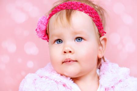 baby angel: Ritratto di una bambina dolce. Newborn. Infanzia felice.