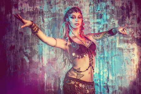 Art portrait d'une belle danseuse traditionnelle. Danse ethnique. La danse du ventre. Danse tribale.