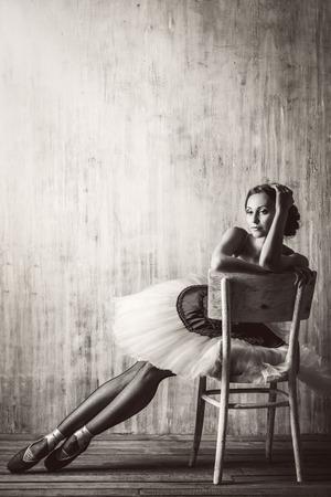 ballet: Bailarina de ballet profesional posando en el estudio sobre el fondo del grunge. Concepto del arte. Foto virada en el estilo vintage.