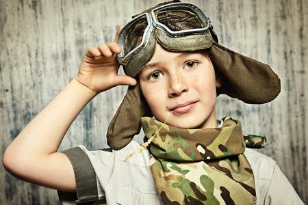 cara feliz: Close-up retrato de un ni�o feliz que sue�a con convertirse en un piloto. Ni�ez. Fantas�a, imaginaci�n.