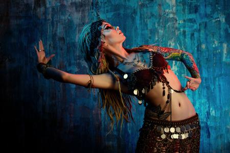 tribu: Arte retrato de una hermosa bailarina tradicional. Danza etnia. La danza del vientre. Baile tribal.