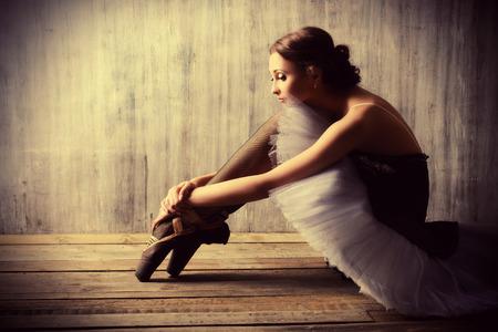 ballet: Bailarina de ballet profesional descansando después de la actuación. Concepto del arte.