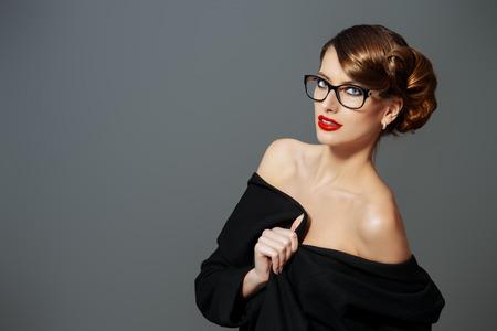 eyewear fashion: Beautiful woman wearing glasses. Beauty, fashion. Make-up. Optics, eyewear.