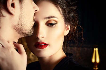 美しい男と恋する女のクローズ アップの肖像画。ファッション。愛の概念。