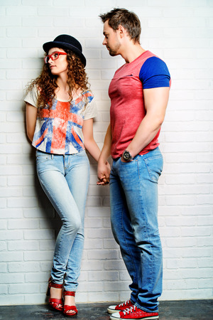 delito: Los jóvenes en el amor: una chica se ofende a su novio. Relaciones. Concepto del amor. Foto de archivo