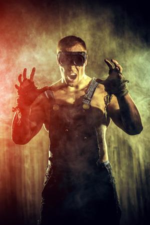 hombre sucio: Brutal hombre sucio muscular de expresar la agresi�n sobre el fondo oscuro del grunge. Industria minera. Mundo del futuro, Apocalipsis.