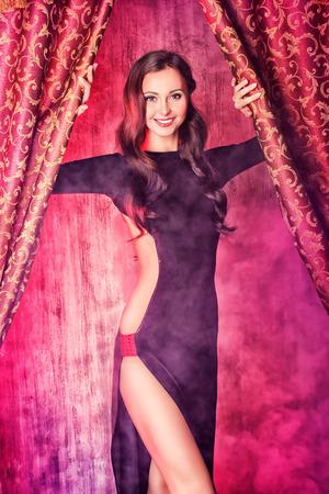 gogo girl: Sch�ner T�nzer auf der B�hne des Kabaretts. Performance. Sch�nheit, Mode. Lizenzfreie Bilder