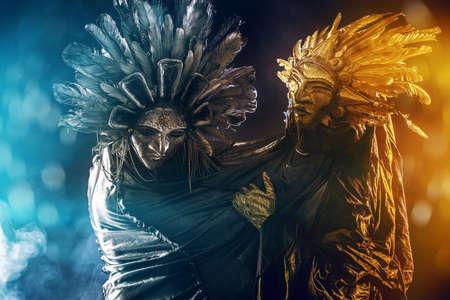 mascara de teatro: Idea metafórica del sol y la luna. Folclore. El paganismo, adoración del sol y la luna. Foto de archivo