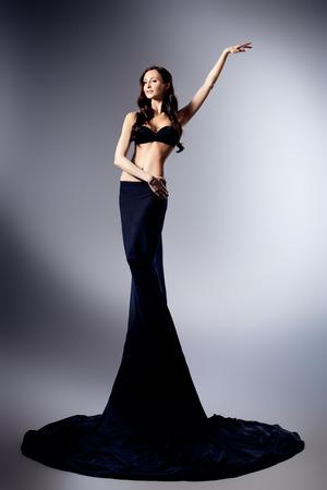 afrodita: Moda foto de una bella mujer agraciada con la figura perfecta. Estudio de disparo. Foto de archivo