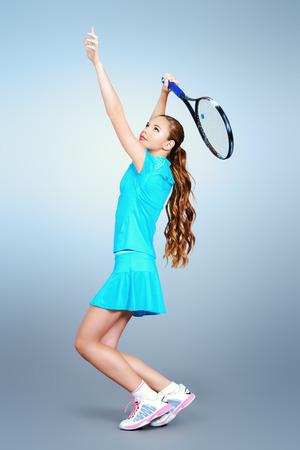 jugando tenis: Retrato de cuerpo entero de un jugador de tenis chica en movimiento. Estudio de disparo. Foto de archivo