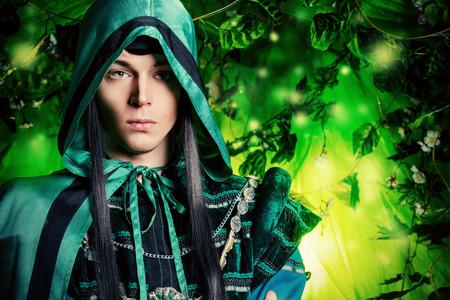 seigneur: Noble fée elfe dans la forêt magique. Fantasy. Conte de fées, de la magie.