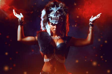 guerrero: Increíble mujer Amazon belicosa en la batalla. La antigüedad. Fantasía. Foto de archivo