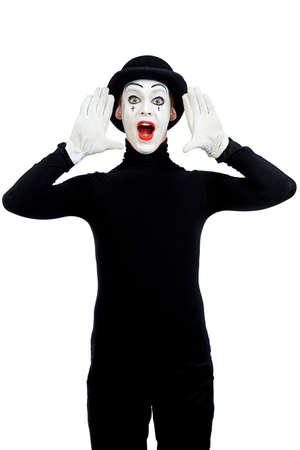 mimo: Mimo Hombre está gritando o llamar a alguien. Aislado en blanco.