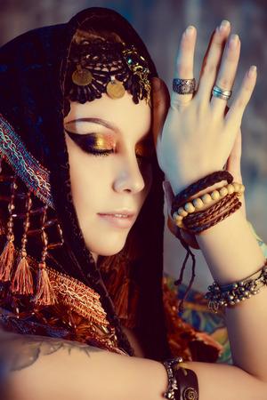danseuse orientale: Close-up portrait d'une magnifique danseuse traditionnelle. Danse ethnique. La danse du ventre. Danse tribale. Make-up, cosm�tiques. Banque d'images