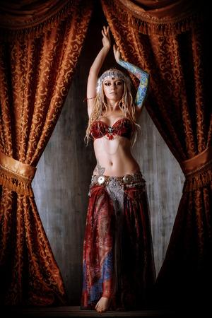 vientre femenino: Hermosa bailarina tradicional. Danza etnia. La danza del vientre. Baile tribal.