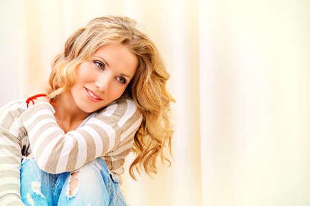 armonia: Sonriente mujer joven descansando en su casa, sintiendo la armon�a y la felicidad.