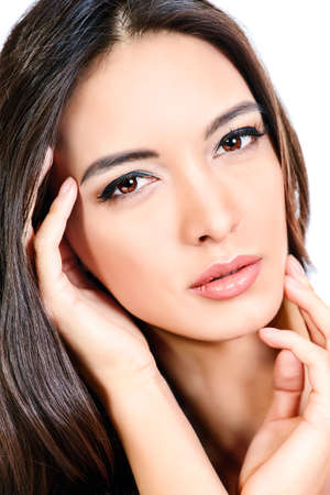 salud sexual: Mujer sensual hermosa tocar su cara. Belleza y cuidado de la piel concepto. Spa. Aislado en blanco. Foto de archivo
