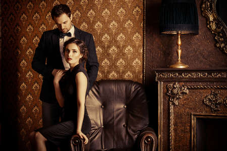romance: 클래식 빈티지 아파트에서 우아한 저녁 옷에 아름 다운 남자와 여자. 글래머, 패션. 개념을 사랑 해요.