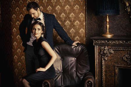 mujeres elegantes: Hermoso hombre y mujer en ropa de noche elegantes en apartamentos de época clásica. Glamour, moda. Concepto del amor.