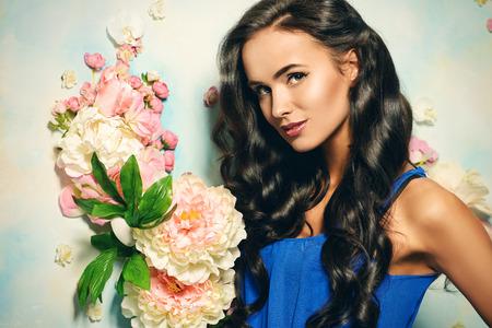 cabello largo y hermoso: Retrato de mujer joven con el pelo largo y hermoso. Belleza, la moda. Pelo, cuidado del cabello.