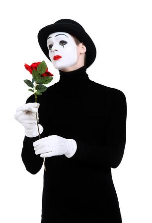 pantomima: Emocional mimo sexo masculino con rosa roja realizar amor. Aislado en blanco. Foto de archivo
