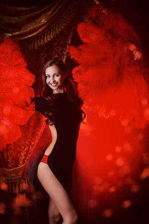 bailarinas: Hermosa bailarina en el escenario del cabaret. Rendimiento. Belleza, la moda.