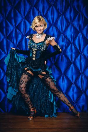 gogo girl: Schöne latino Tänzerin posiert im Studio.
